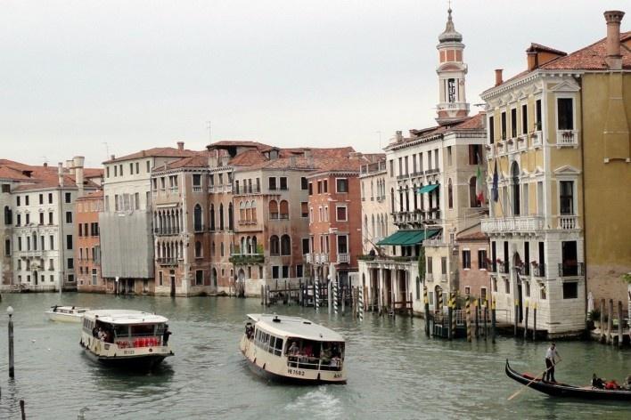 Edificação em recuperação com uso de telas de isolamento convencionais, Grande Canal, Veneza<br />Foto Petterson Dantas