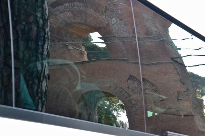 Contaminações, patrimônio refletido em janela de ônibus, aqueduto no Foro Romano no centro urbano de Roma<br />Foto Fabio José Martins de Lima