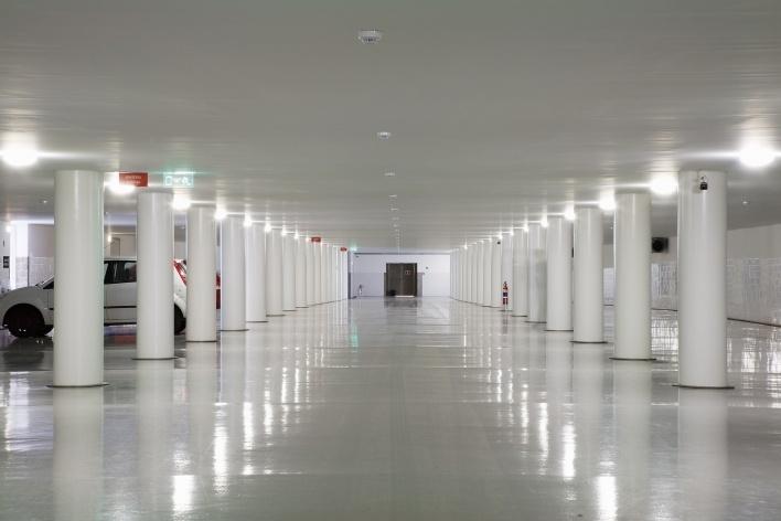 Sede da Fundação Iberê Camargo, estacionamento no subsolo. Arquiteto Álvaro Siza, 2008<br />Foto Nelson Kon