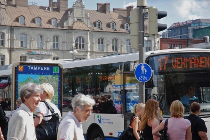 Aspecto do centro urbano, com sinalização urbana, pedestres e ônibus<br />Foto Fabio Lima
