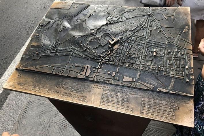 Mapa tátil em trecho da Rota Acessível de Florença, próximo ao Palácio Pitti <br />Foto Larissa Scarano, 2018