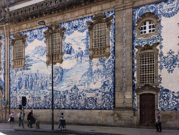 Lateral da Igreja dos Carmelitas, painéis de azulejos, desenhados, pintados e colocados em 1912, Porto<br />Foto Anita Di Marco, 2018
