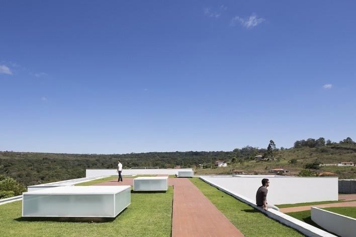 Casa Torreão, cobertura verde e claraboias, Brasília DF, arquitetos Daniel Mangabeira, Henrique Coutinho e Matheus Seco<br />Foto Haruo Mikami