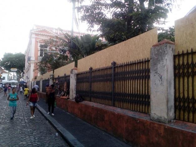 O Memorial da Faculdade de Medicina da Universidade Federal da Bahia, no Centro Histórico, protegida pelos tapumes<br />Foto Volha Yermalayeva Franco