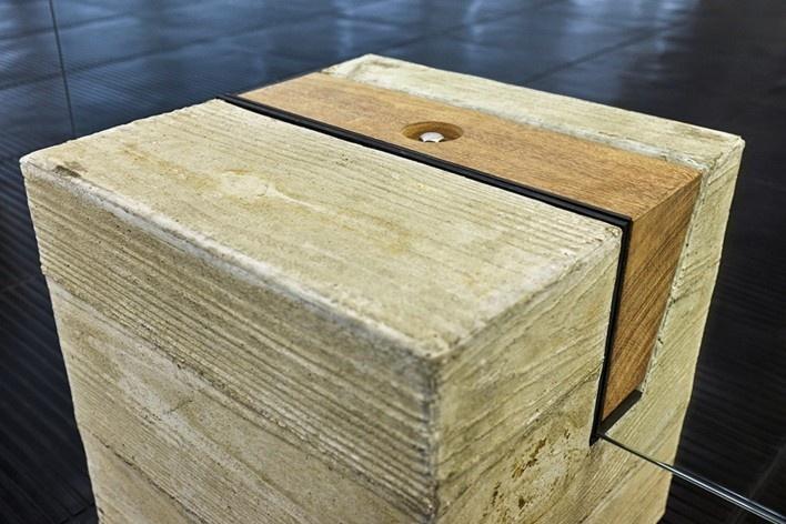 Cavaletes de vidro reconstruídos, base em concreto e cunha em madeira. Metro Arquitetos Associados