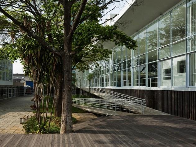 Centro de capacitação dos profissionais da educação Dra. Zilda Arns. Vista a partir do deck-palco, Carolina Penna Arquitetura e Urbanismo, 2008 – 2011. São Caetano do Sul, SP - Brasil<br />foto Nelson Kon