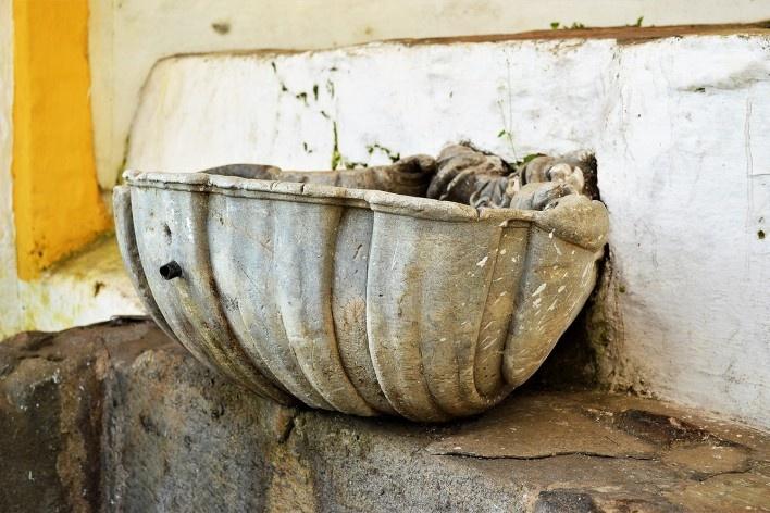 Detalhe da bacia em formato de concha da fonte no quintal da Casa de Tomás Antônio Gonzaga, Ouro Preto MG, 2014<br />Foto Elio Moroni Filho