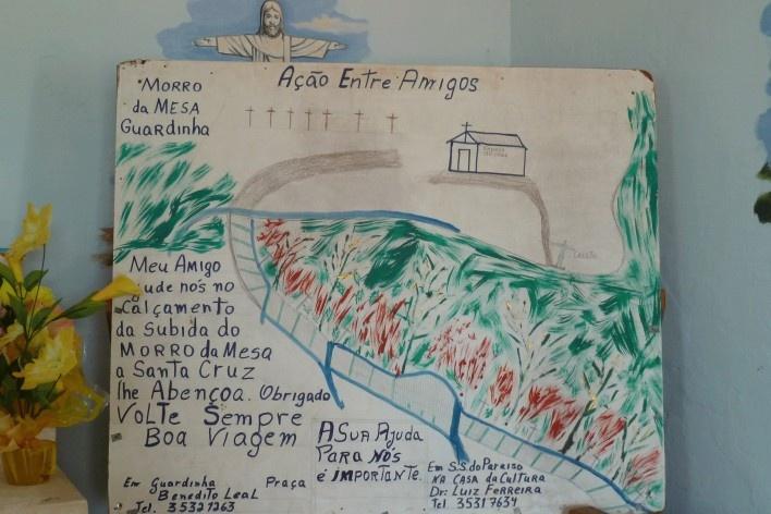 Capela no Morro da Mesa, placa de divulgação de campanha pelo calçamento do acesso<br />Foto Michel Gorski