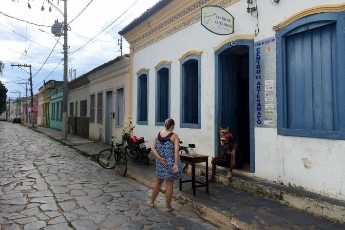 0Ana Carolina Brugnera e Carlúcio conversam diante do Centro de Artesanato, ponto de cultura de Januária<br />Foto Lucas Bernalli Fernandes Rocha