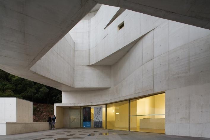 Sede da Fundação Iberê Camargo, acesso principal. Arquiteto Álvaro Siza, 2008<br />Foto Nelson Kon