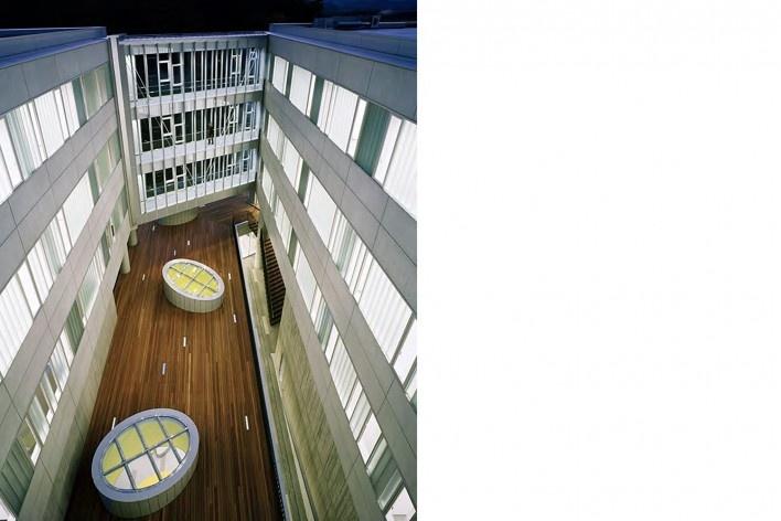 Escola de Administração, passarelas envidraçadas definem o lado do pátio voltado para a plaza e o bosque aos fundos, Josai International University, Saitama-ken, Japão, 2003-2006, Studio Sumo<br />Imagem Nacasa and Partners Ltd.  [Studio Sumo]