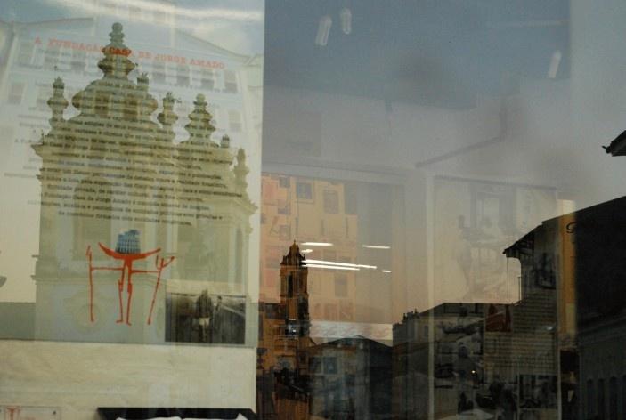 Centro Histórico de Salvador, cidade alta, igrejas de Rosário dos Pretos edo Carmo refletidas na vitrine da Fundação Jorge Amado<br />foto Fabio Jose Martins de Lima