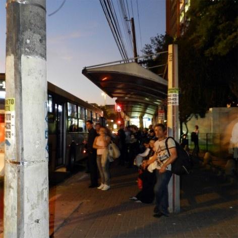 Oficina de desenho urbano MCB, interferência urbana: ponto de ônibus, São Paulo, 2011<br />Foto Nina Dalla