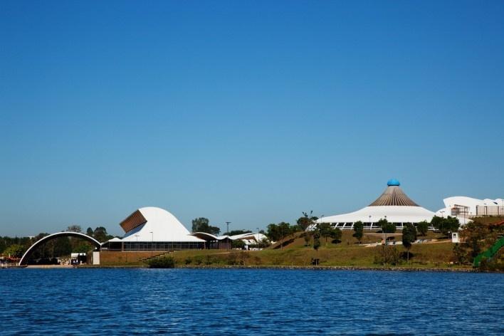 """Sarah Brasília Lago Norte, vista panorâmica do conjunto, Brasília DF<br />Foto Nelson Kon  [LIMA, João Filgueiras (Lelé). """"Arquitetura - uma experiência na área da saúde""""]"""