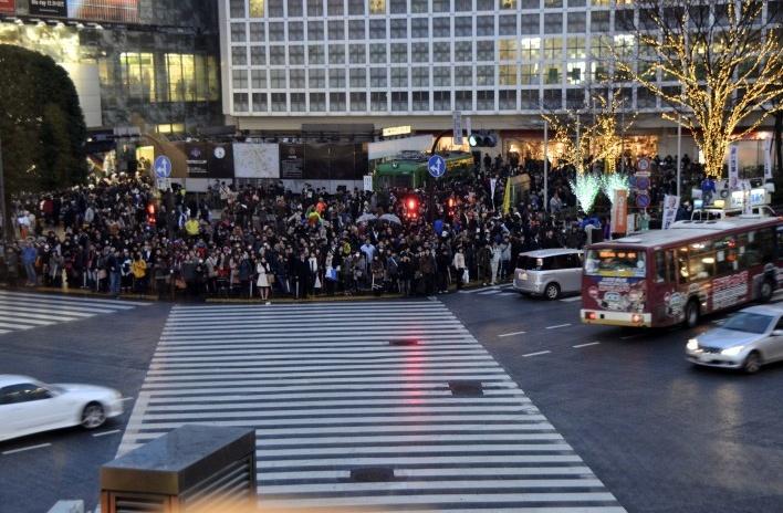 Cruzamento Shibuya segundos antes de abrir semáforo, Tóquio<br />Foto Roberto Abramovich