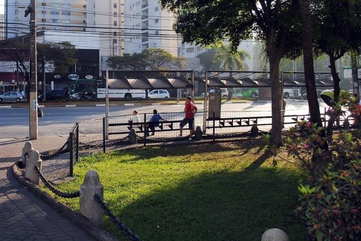 Oficina de desenho urbano MCB, jardim frontal e ponto de ônibus, São Paulo, 2011<br />Foto Eduardo Miller e Felippe Bazani