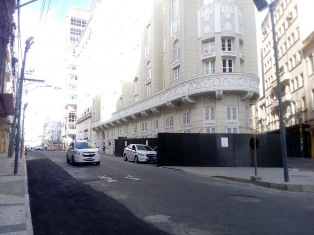 O Palace Hotel, além de colocar o elegante tapume preto, colocou o aviso em português e em inglês, pedindo desculpas pela aparência<br />Foto Volha Yermalayeva Franco