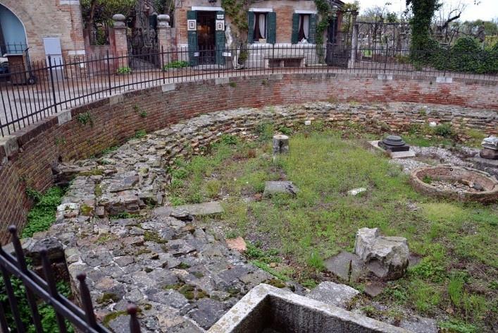 Parte externa do conjunto, vestígios arqueológicos<br />Foto/photo Fabio Lima