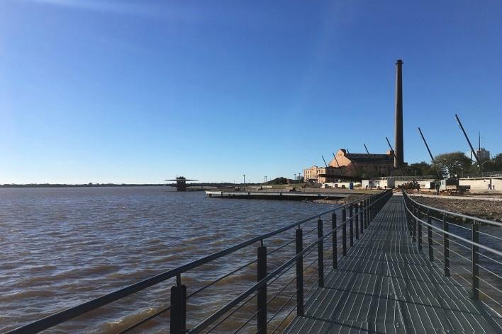 Vista da passarela para o Norte, onde estão a Usina, o restaurante e o atracadouro<br />Foto de autoria do coletivo durante a visita, julho de 2017