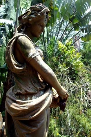"""Escultura no espelho d'água """"A moça da fonte"""""""