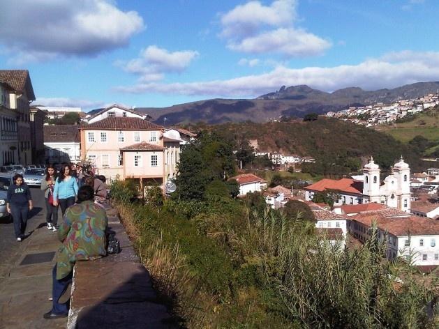 Muro de arrimo, talude com vegetação espontânea e parte baixa da cidade, com destaque para a Igreja Matriz Nossa Senhora do Pilar<br />Foto Abilio Guerra