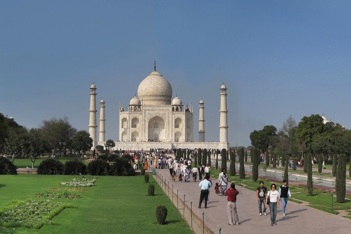 Alexandrina Mori nos jardins do Taj Mahal, Índia, 2010<br />Foto Victor Hugo Mori