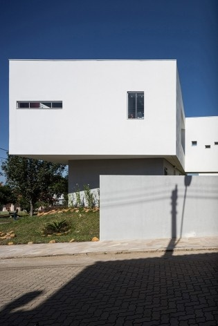 Casa 2V, Porto Alegre RS Brasil, 2013. Arquitetos Diego Brasil e Anderson Calvi / BR3 Arquitetos<br />Foto Marcelo Donadussi
