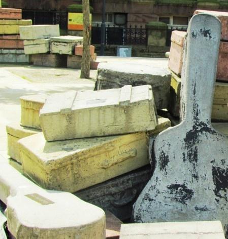 Monumento em frente ao Liverpool Institute, com a representação do violão de Paul McCartney no chão, à esquerda <br />foto Ana Paula Spolon