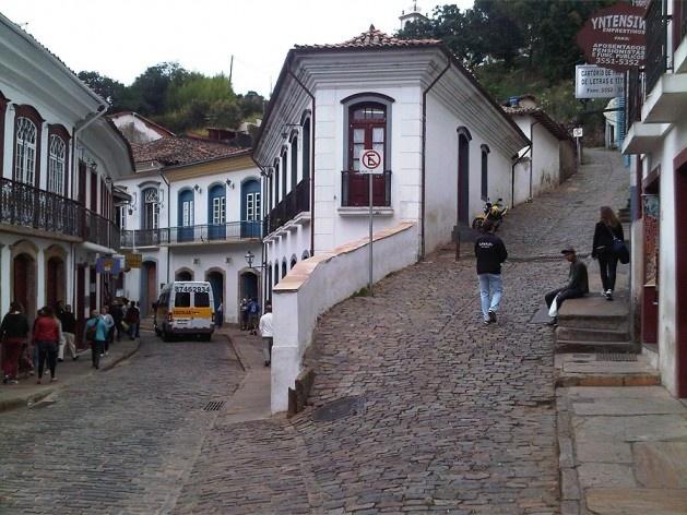 Muro de arrimo e casa fazendo a contenção do terreno da ladeira<br />Foto Abilio Guerra