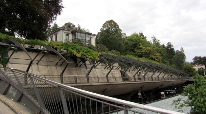 Estação Stadelhofen, promenade no nível intermediário<br />Foto Gabriela Celani