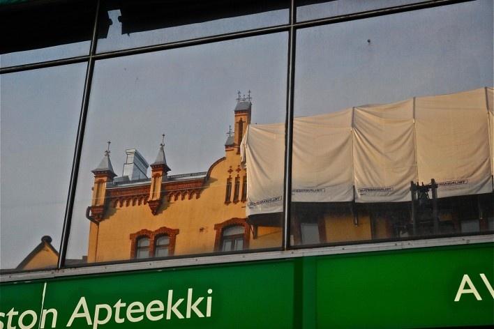 Ambiente refletido em vitrine no centro urbano, patrimônio edificado protegido<br />Foto Fabio Lima