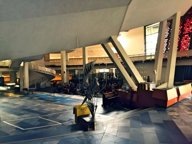 Filarmônica de Berlim, foyer, arquiteto Hans Scharoun. Detalhe para o ensaio do coral sob os planos inclinados da plateia<br />Foto Fabiano Borba Vianna, 2016
