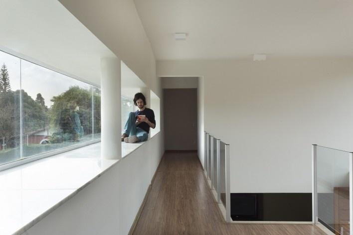 Casa vale do sol, corredor e janela lateral. Marcos Franchini<br />foto Gabriel Castro