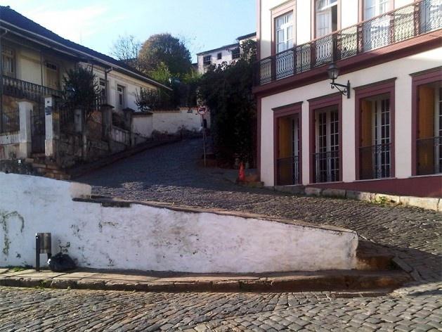 Muro de arrimo fazendo a contenção do terreno da ladeira<br />Foto Abilio Guerra
