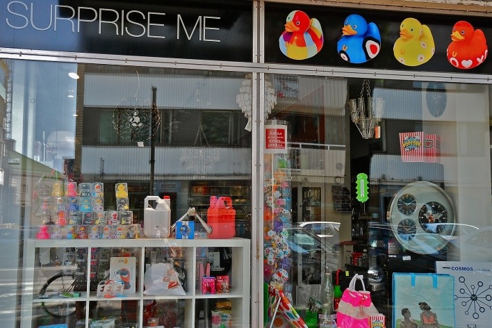 Aspecto de vitrine de loja a revelar o passado refletido<br />Foto Fabio Lima