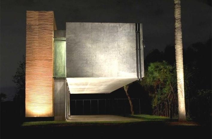 Casa en el aire. Imagen frontal nocturna. Sergio Fanego, Larissa Rojas, Miguel Duarte. Luque, Paraguay. 2008-2010.