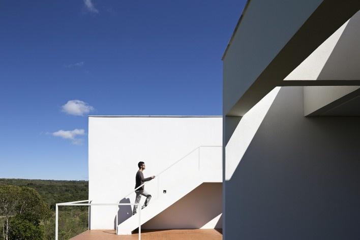 Casa Torreão, acesso à cobertura verde, Brasília DF, arquitetos Daniel Mangabeira, Henrique Coutinho e Matheus Seco<br />Foto Haruo Mikami