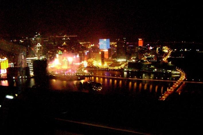 Do alto da Torre de Macau, a foz do Rio das Pérolas e as luzes de Macau<br />Foto Luiz Henrique Proença Soares
