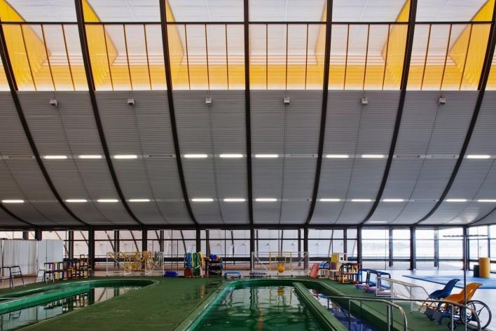 """Sarah Brasília Lago Norte, piscina interna, Brasília DF<br />Foto Nelson Kon  [LIMA, João Filgueiras (Lelé). """"Arquitetura - uma experiência na área da saúde""""]"""