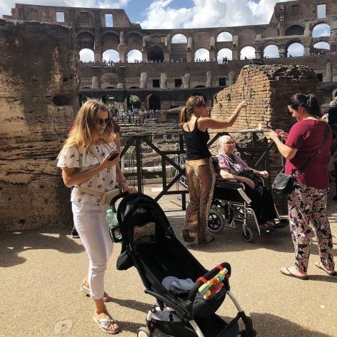 Pessoas em cadeira de rodas e com carrinho de bebê em visita ao Coliseu, Roma<br />Foto Larissa Scarano, 2018