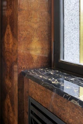 Detalhe da carpintaria e mármores do quarto da Baroneza Louis Empain<br />Foto Georges de Kinder  [Ma² - Metzger and Partners Architecture]
