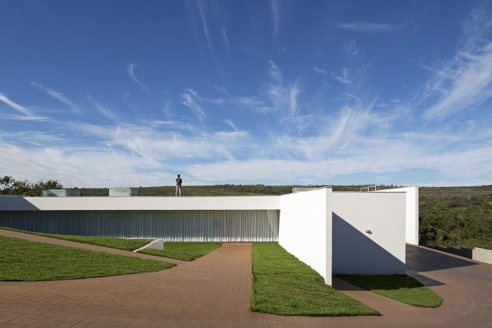 Casa Torreão, fachada norte, Brasília DF, arquitetos Daniel Mangabeira, Henrique Coutinho e Matheus Seco<br />Foto Haruo Mikami