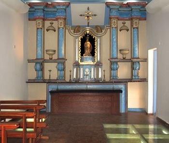 As paredes de taipa da antiga Igreja ficaramà mostra sob um piso de vidro no processo de reforma<br />Foto Victor Hugo Mori
