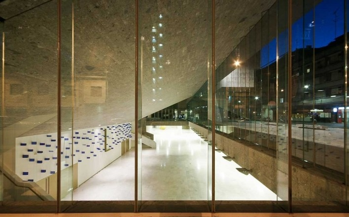A nova Bocconi, Milão, Grafton Architects, projeto de 1999-2000, inauguração em 2008. Vista para o foyer do auditório semi-enterrado a partir da fachada da via Bligny<br />Foto Lucas Corato
