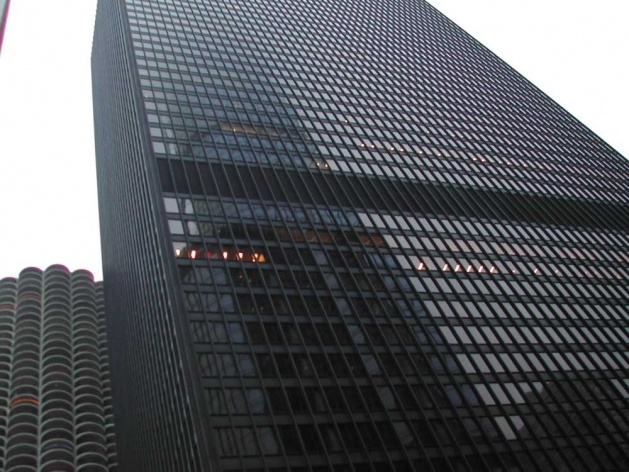 IBM Building, Mies van der Rohe (que morreu em 1969 antes do início da construção do prédio), com a Marina City ao fundo<br />Foto Carlos M. Teixeira