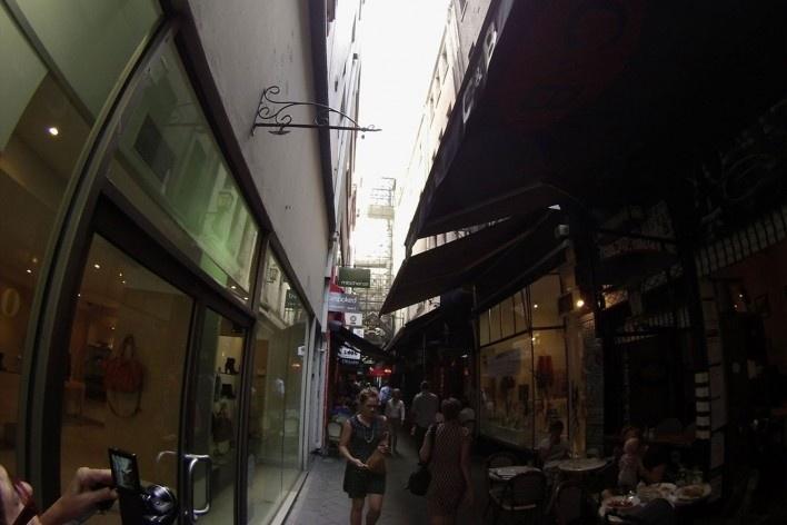 Passagem comercial entre edifícios<br />Foto Gabriela Celani