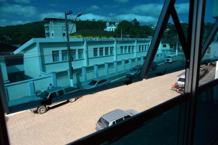Escola Estadual Desembargador Moreira dos Santos, no centro urbano, em visada do Centro Cultural, com a Igreja Matriz ao fundo<br />Foto/Photo Fabio Lima