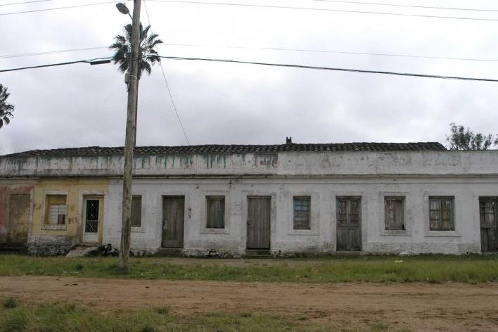 """Foto 6: Casas geminadas ou """"em fita"""" para os operários das charqueadas. A prefeitura garantiu o direito dos moradores permanecerem no local"""