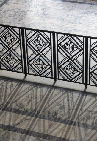 Detail of wrought iron fence that separates the main floor of the hall of honor<br />Foto Georges de Kinder  [Ma² - Metzger and Partners Architecture]