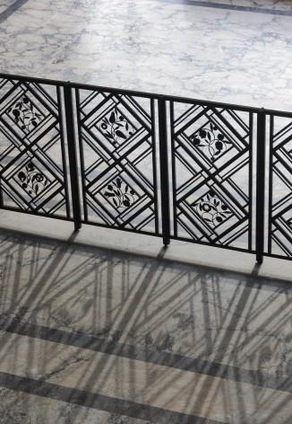 Detalhe da barreira de ferro forjado que separa o salão central da sala de honra<br />Foto Georges de Kinder  [Ma² - Metzger and Partners Architecture]